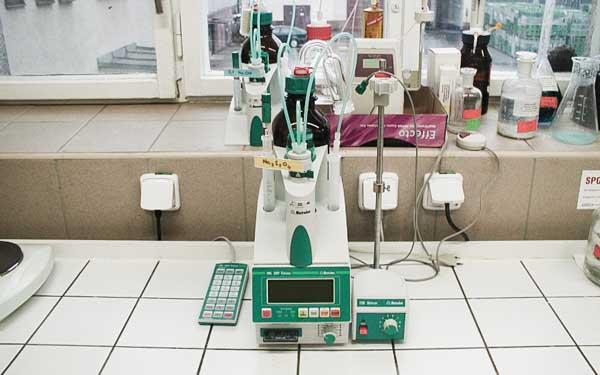 Fotka laboratorního přístroje, laboratoř VINIUM Velké Pavlovice