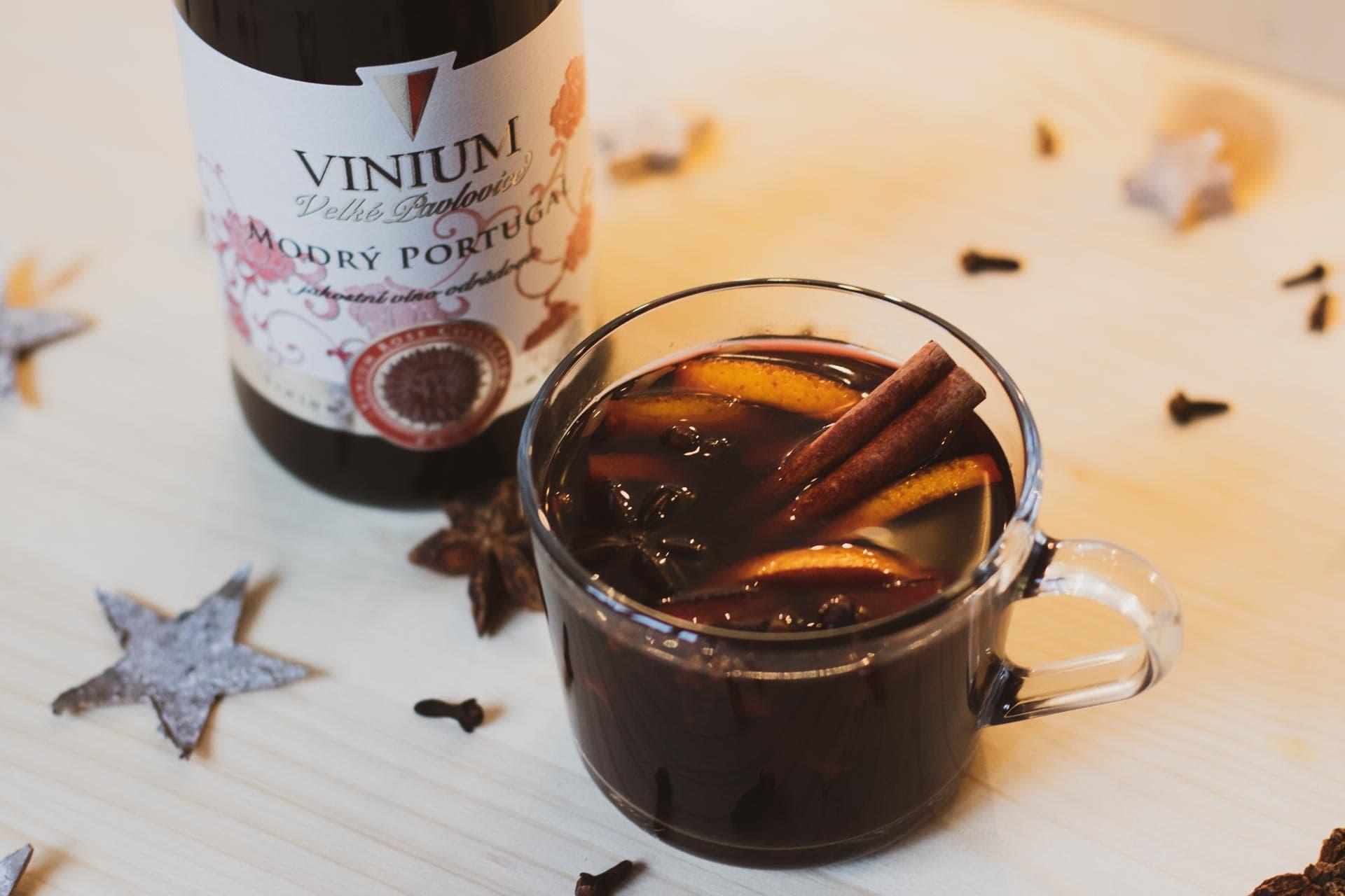 Svařák z červeného vína na stole