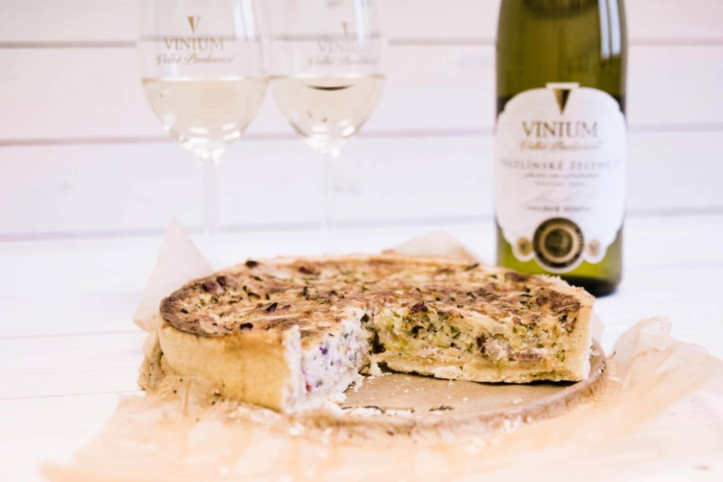 Foto ke článku 7, recept quiche, slaný koláč, Veltlínské zelené, VINIUM