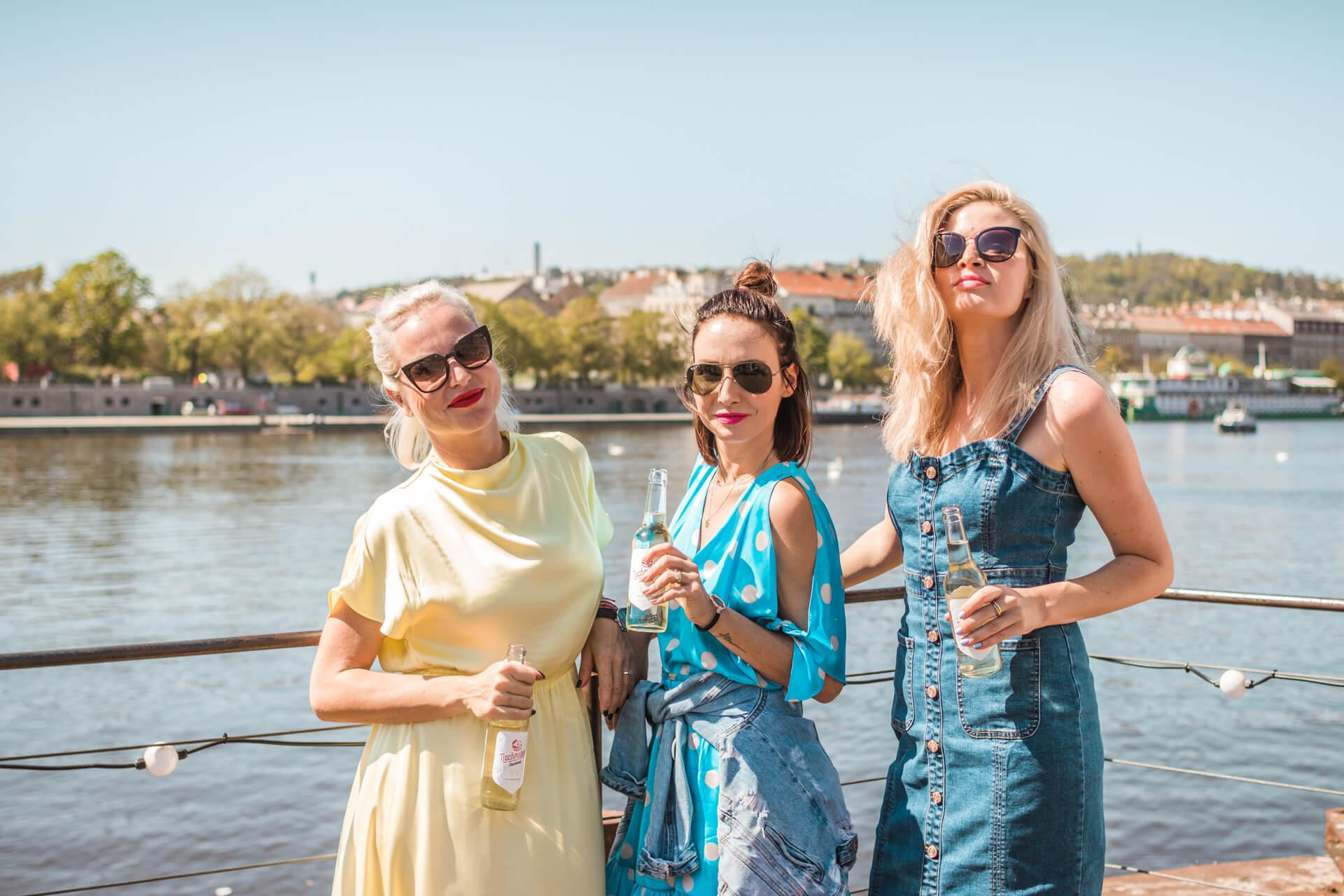 Nachmelené drží Martina Pártlová, Nikol Štíbrová, Veronika Arichteva na lodi na náplavce v Praze