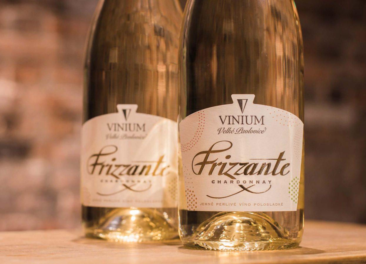 frizzante perlivé víno na stole ve sklepě