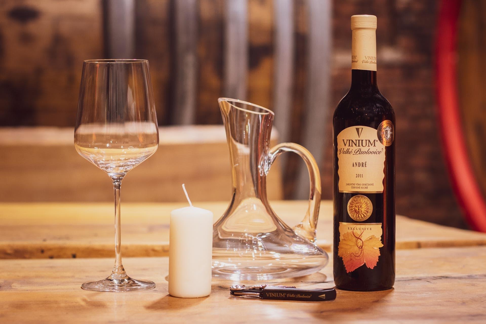 Foto ke článku 1, dekantace vína, jak dekantovat víno, víno, VINIUM