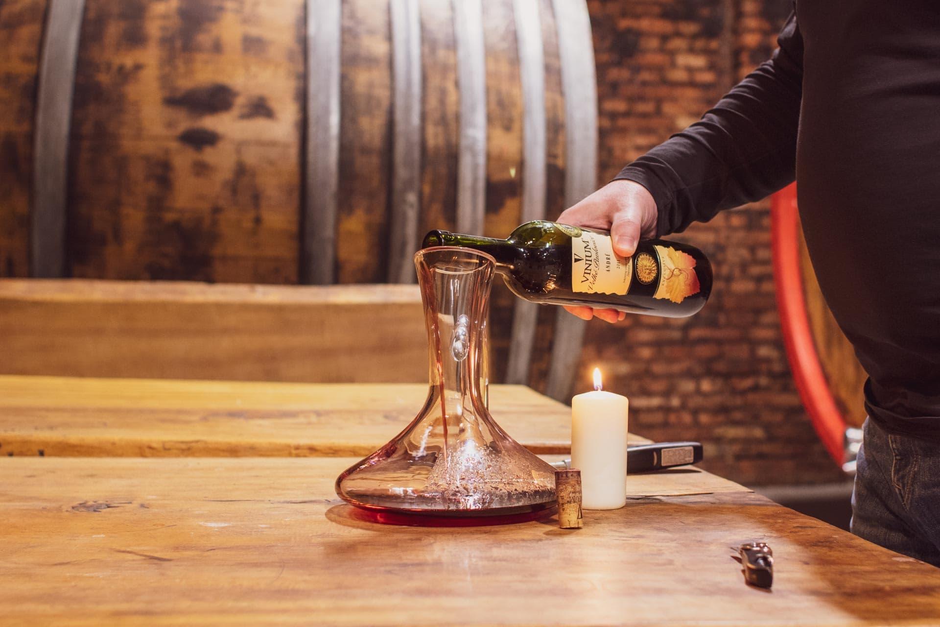 Foto ke článku 2, dekantace vína, jak dekantovat víno, víno, VINIUM