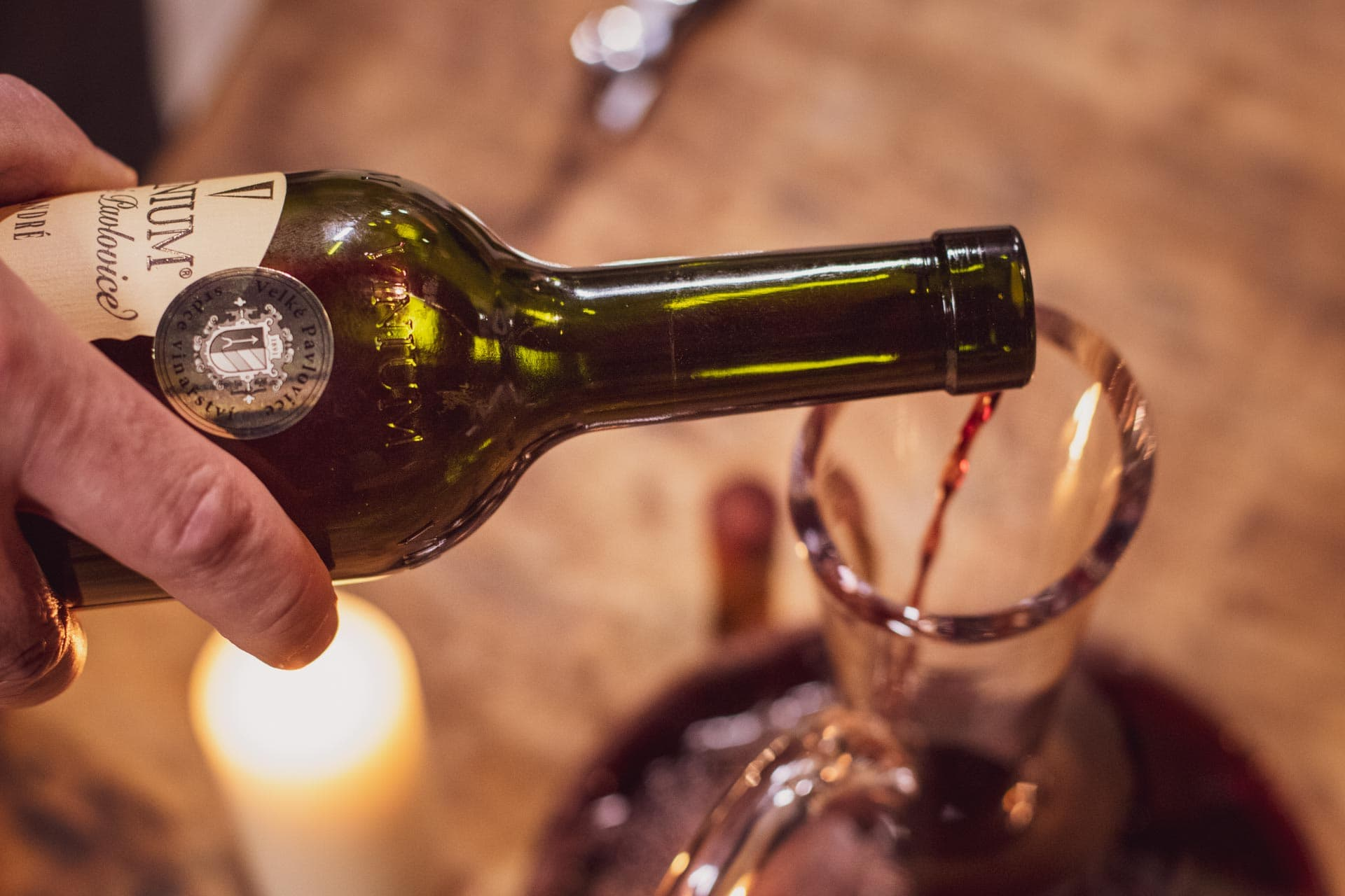 Foto ke článku 3, dekantace vína, jak dekantovat víno, víno, VINIUM