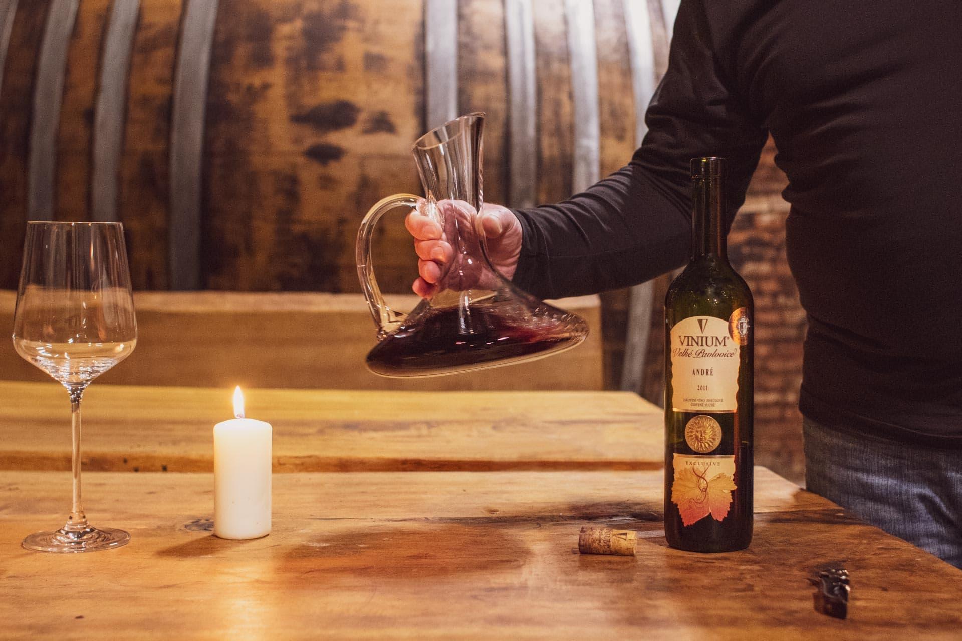 Foto ke článku 4, dekantace vína, jak dekantovat víno, víno, VINIUM