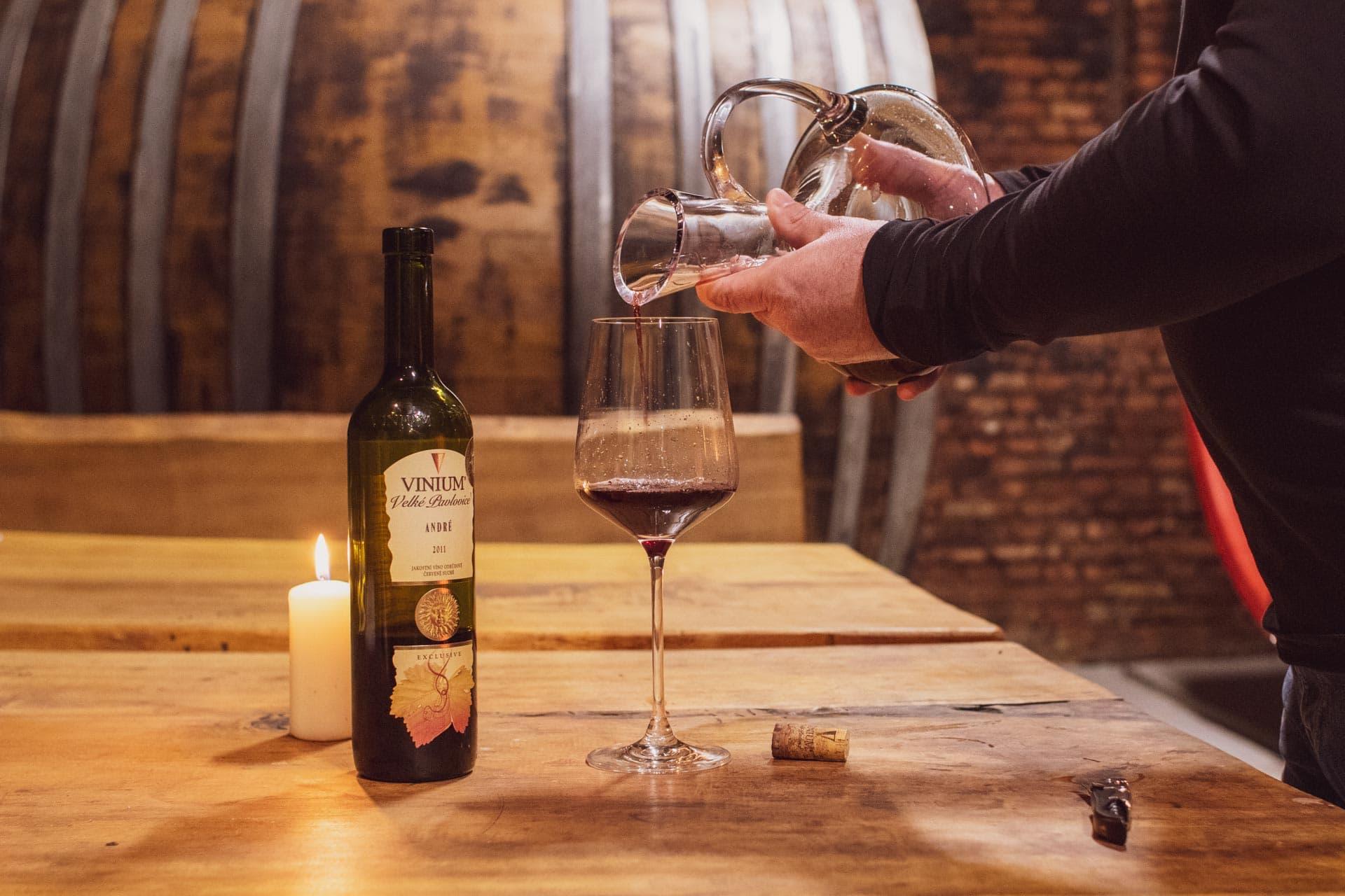Foto ke článku 5, dekantace vína, jak dekantovat víno, víno, VINIUM